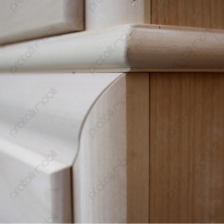 Cornice in rilievo sui cassetti del comò grezzo