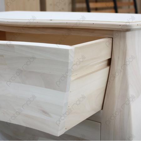 Cassetto aperto capiente e scorrevole su linee guida in legno.