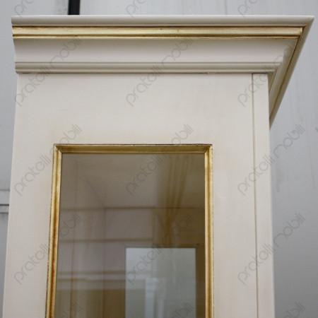 Cappello vetrina con cornici in foglia oro