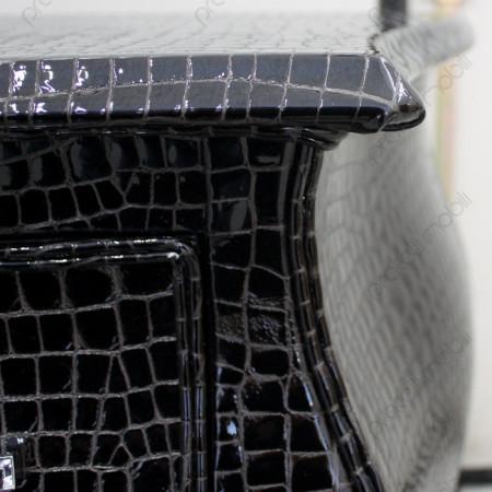 Cassettone rifinito in pelle nera dettaglio top